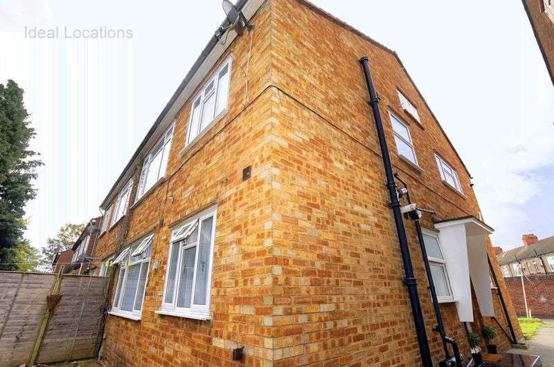 2 Bedrooms Flat for sale in 2 Bedroom G/F Flat, Bush Close, Ilford, IG2