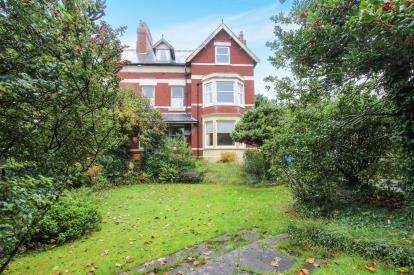 2 Bedrooms Flat for sale in St. Annes Road East, Lytham St. Annes, Lancashire, FY8