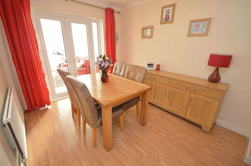 3 Bedrooms Semi Detached House for sale in Oakfield Drive, Widnes
