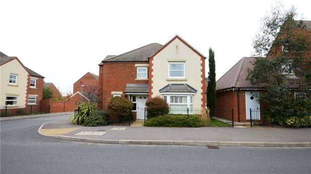 4 Bedrooms Detached House for sale in Sparrowhawk Way, Bracknell, Berkshire