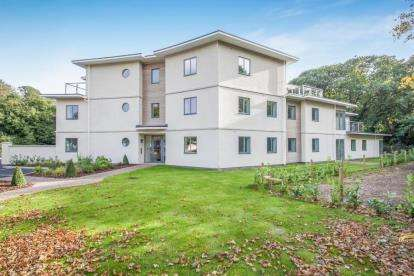 3 Bedrooms Flat for sale in Central Avenue, Frinton On Sea, Essex