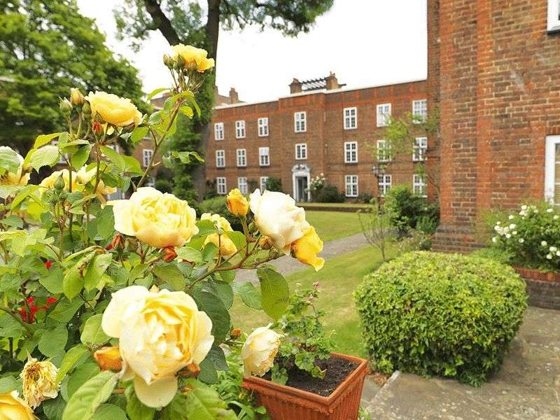 2 Bedrooms Flat for sale in St. Andrews Square, Surbiton, KT6