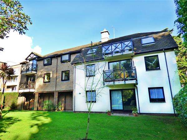 2 Bedrooms Flat for sale in SPACIOUS TWO DOUBLE BEDROOM GROUND FLOOR APARTMENT WITH GARAGE - East Cliff