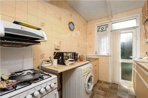 3 Bedrooms Semi Detached House for sale in Lammas Avenue, Mitcham, Surrey, CR4