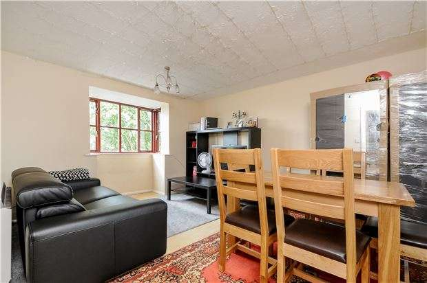 2 Bedrooms Flat for sale in Longlands Court, Spring Grove, Mitcham, CR4