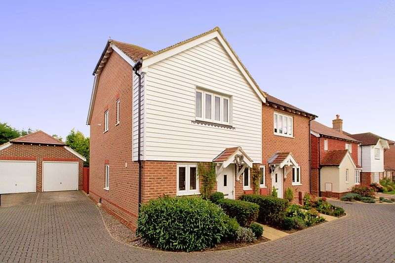 3 Bedrooms Semi Detached House for sale in Drovers Way, Barnham