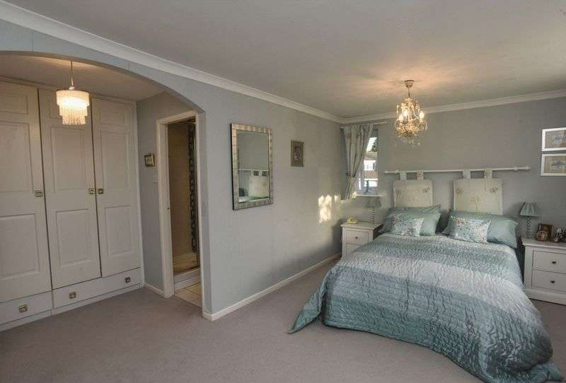 5 Bedrooms Detached House for sale in School Lane, Hagley