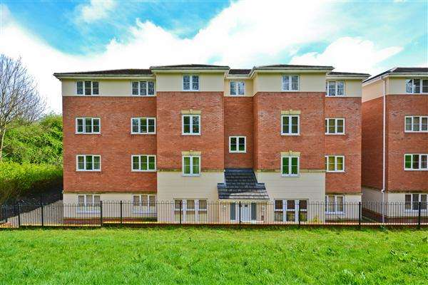 2 Bedrooms Apartment Flat for sale in Ledgard Avenue, Leigh