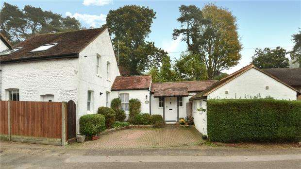 3 Bedrooms Semi Detached House for sale in Vicarage Lane, Upper Hale, Farnham