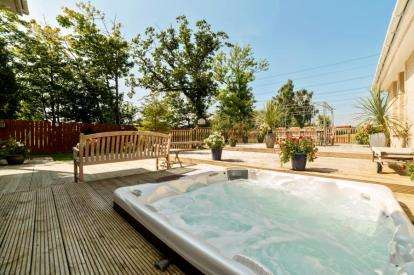 5 Bedrooms Detached House for sale in Fairfields, Moss Road