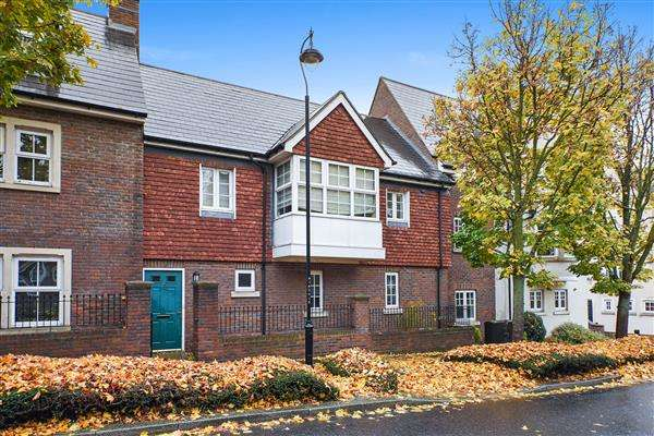 2 Bedrooms Maisonette Flat for sale in Ingress Park Avenue, Greenhithe