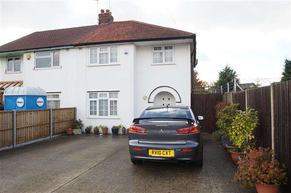 3 Bedrooms Semi Detached House for sale in Bowyer Drive, Cippenham, Slough