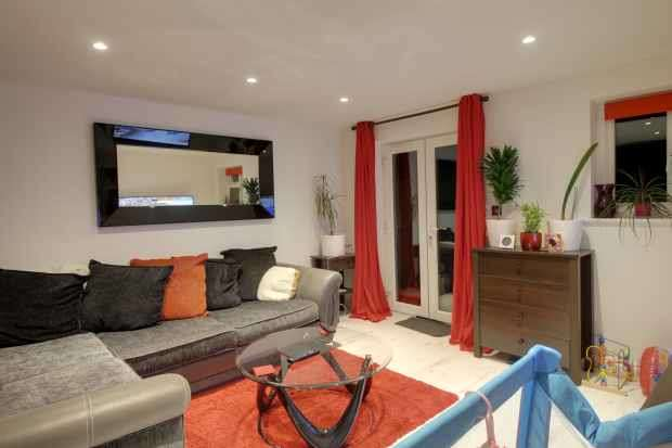 1 Bedroom Ground Flat for sale in Somerville Crescent, Yateley, Hampshire, GU46 6XF