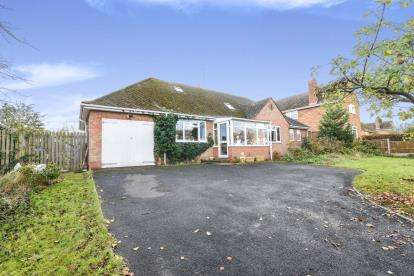 4 Bedrooms Bungalow for sale in Leys Road, Harvington, Evesham, Worcestershire