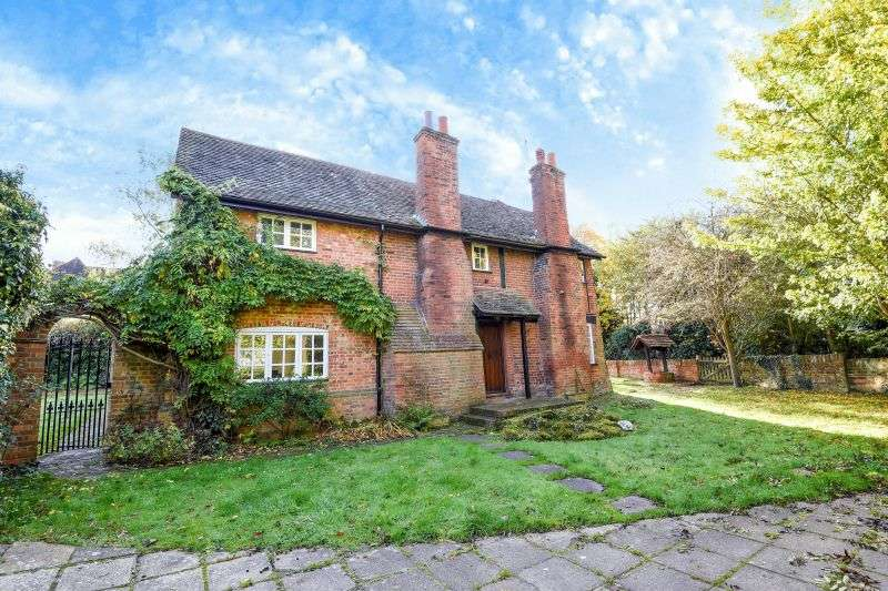 4 Bedrooms Detached House for sale in Jackets Lane, Northwood