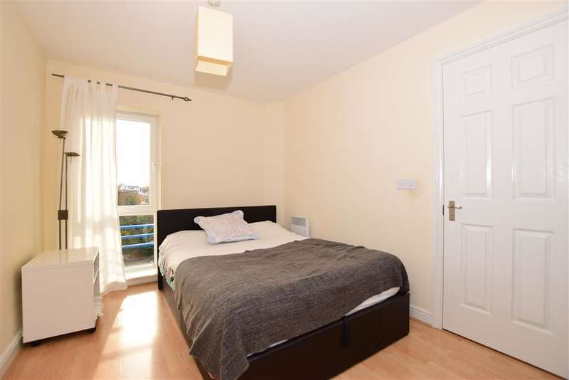 2 Bedrooms Flat for sale in Stuart Road, Gravesend, Kent