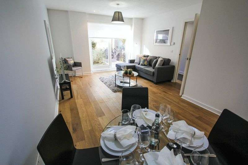 2 Bedrooms Flat for sale in 1 Forge Square, London