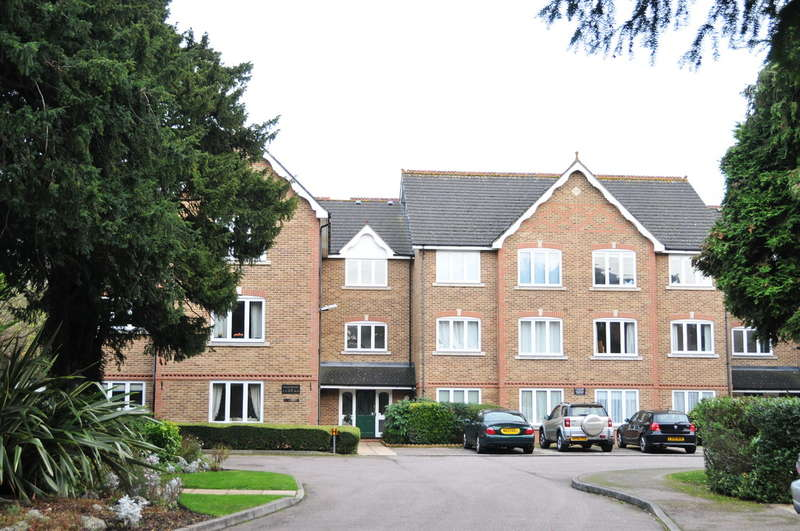 2 Bedrooms Flat for sale in Village Park Close, Enfield, EN1
