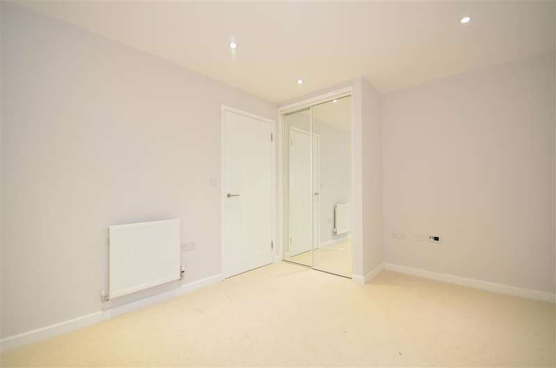 2 Bedrooms Apartment Flat for sale in Broadway House, Wickford, Essex