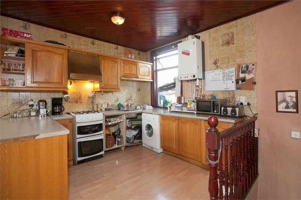 2 Bedrooms Flat for sale in Boundary Road, Walthamstow, London