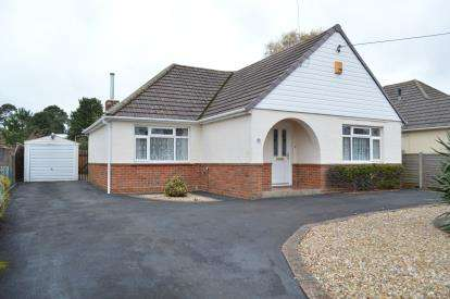 2 Bedrooms Bungalow for sale in West Moors, Ferndown, Dorset