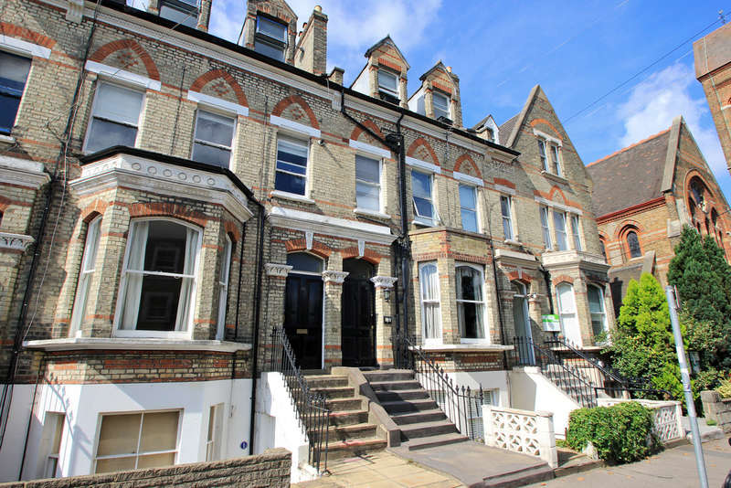 2 Bedrooms Flat for sale in St Andrews Road, Surbiton
