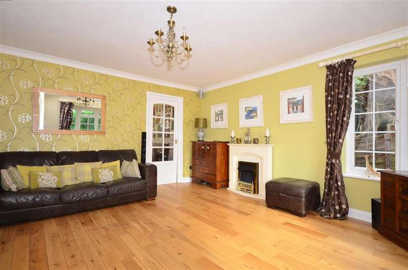5 Bedrooms Detached House for sale in Hunters Way, Uckfield, East Sussex