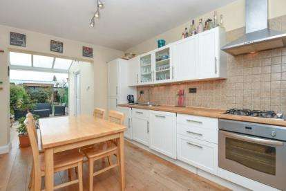 3 Bedrooms Terraced House for sale in Oakleigh Road North, Whetstone