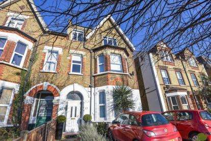 2 Bedrooms Flat for sale in Bromley Common, Bromley