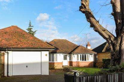 3 Bedrooms Bungalow for sale in Barfield Road, Bromley