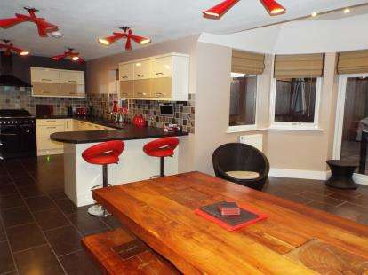 4 Bedrooms Detached House for sale in High Street, Pentre Broughton, Wrexham, Wrecsam, LL11