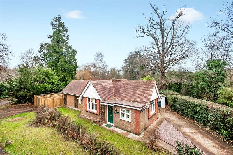 2 Bedrooms Detached Bungalow for sale in Haroldslea Drive, Horley, Surrey, RH6