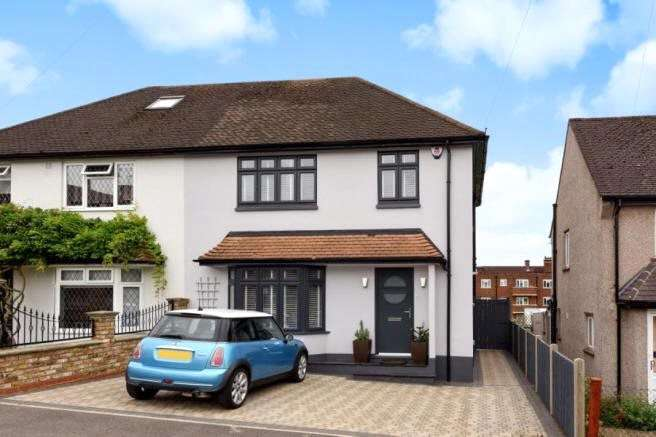 3 Bedrooms Semi Detached House for sale in Kirby Close, Loughton, Essex, IG10
