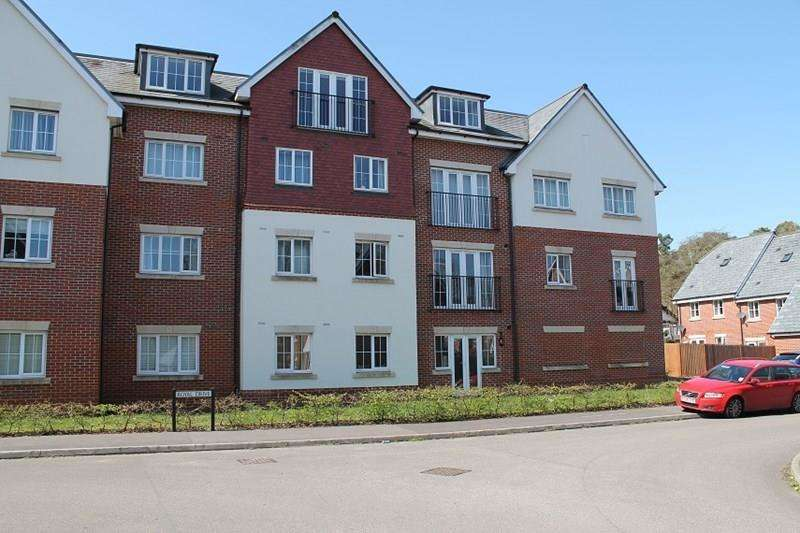 2 Bedrooms Flat for sale in Royal Drive, Bordon