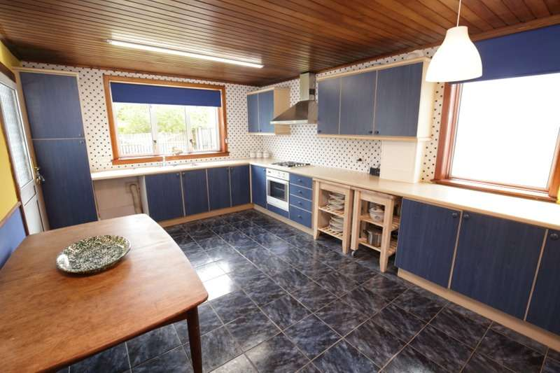4 Bedrooms Bungalow for sale in Cheviot Road, Paisley, Renfrewshire, PA2