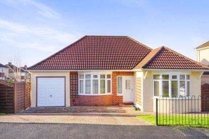 3 Bedrooms Bungalow for sale in Oakdale Road, Downend, Bristol, Gloucestershire