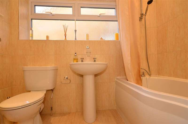 4 Bedrooms Semi Detached House for sale in Fulmar Road, Hornchurch, Essex