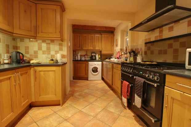4 Bedrooms Detached House for sale in Clews Lane, Woking, Surrey, GU24 9DZ