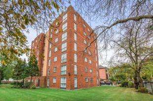 1 Bedroom Flat for sale in Lloyd House, 20 Tavistock Road, Surrey