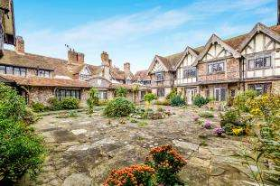 2 Bedrooms Flat for sale in Tudor Close, Dean Court Road, Rottingdean, Brighton