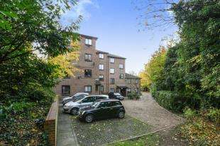 2 Bedrooms Flat for sale in Honeysuckle Court, Westhorne Avenue, London