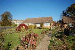 2 Bedrooms Bungalow for sale in Downsview Crescent, Uckfield, East Sussex
