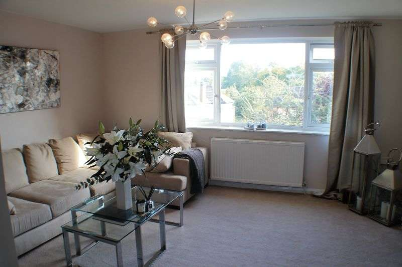 2 Bedrooms Flat for sale in Bridge Road. Hampton Court.