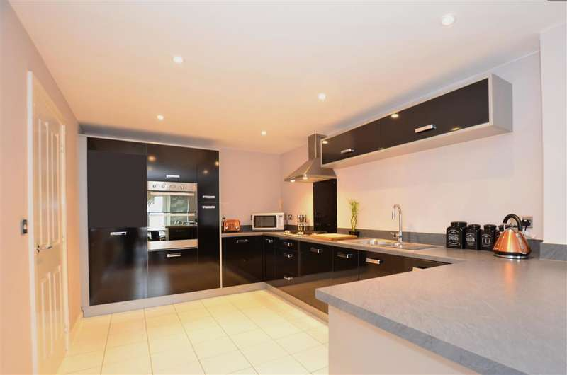 3 Bedrooms Semi Detached House for sale in Petunia Avenue, Minster On Sea, Kent
