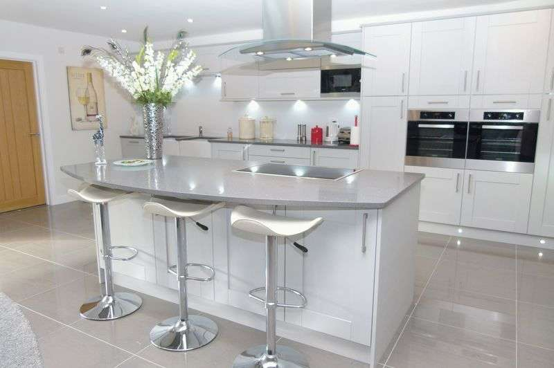 3 Bedrooms Detached Bungalow for sale in Watford Road, Chiswell Green