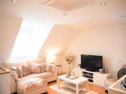 2 Bedrooms Flat for sale in Sunnymede, Chigwell, Essex