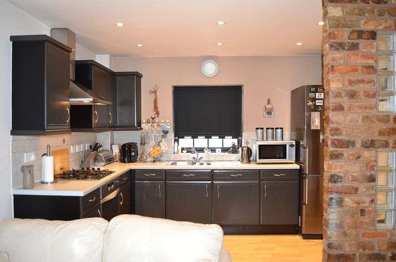 2 Bedrooms Flat for sale in Camellia Gardens, Wordsley