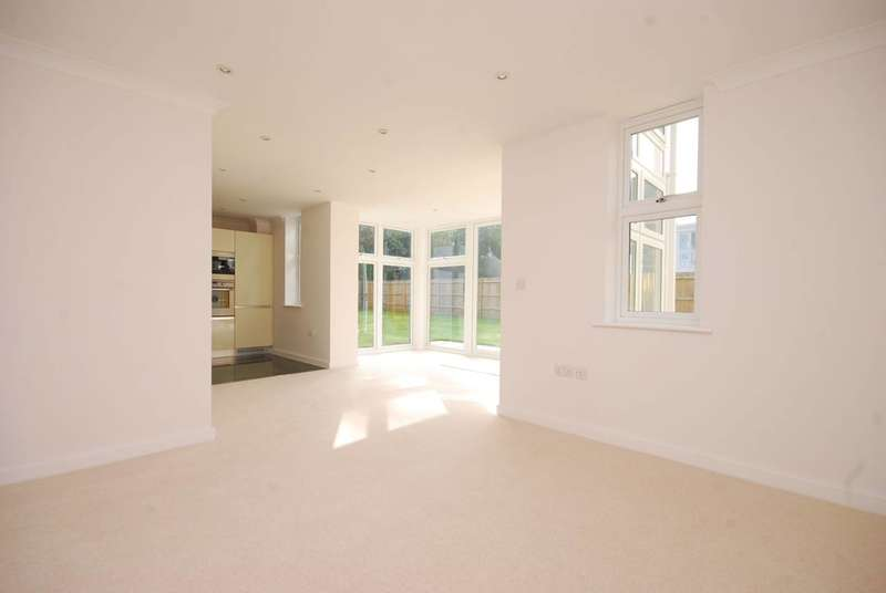 2 Bedrooms Flat for sale in Lakeside Drive, Chobham, GU24