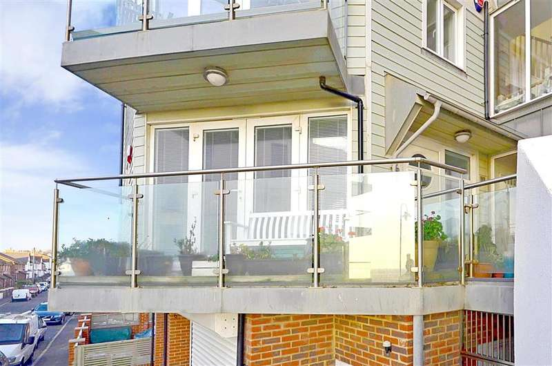 2 Bedrooms Ground Maisonette Flat for sale in West Parade, Hythe, Kent