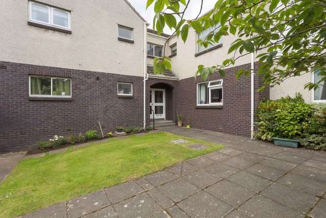 3 Bedrooms Ground Flat for sale in Hillpark Wood, Blackhall, Edinburgh, EH4 7TA